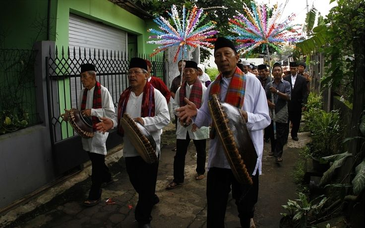 The rebana in Jakarta is particularly associated with the Muslim community of Betawi, often found in Central and South Jakarta. Rebana may be used in a wedding ritual or in a circumcision ceremony. http://www.goindonesia.com/id/indonesia/jawa/jakarta/seni_budaya/kesenian_jakarta/rebana