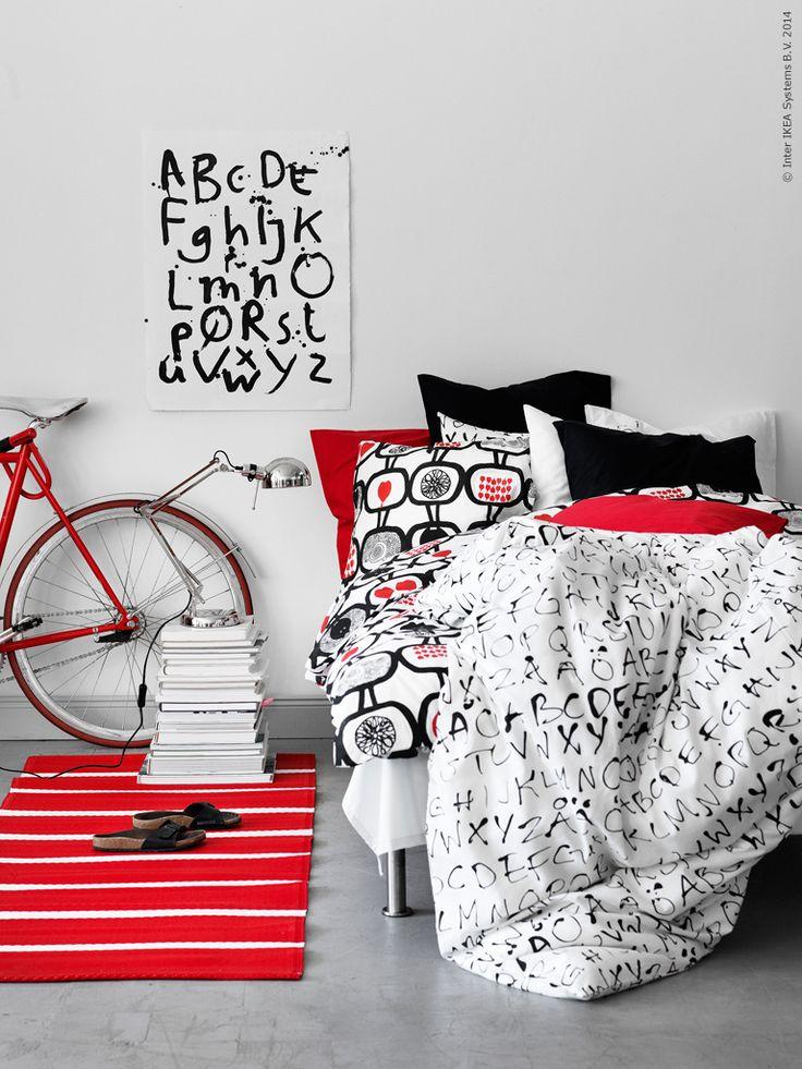 Gillar man läsning kan man bädda grafiskt och snyggt med sängkläderna EIVOR ORD och ÄNGSSKÄRA och naturligtvis matcha med svart, vitt och rött för mesta möjliga kontrast.