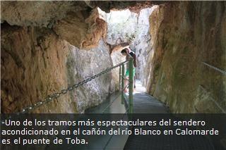 -Uno de los tramos más espectaculares del sendero acondicionado en el cañón del río Blanco en Calomarde es el puente de Toba.