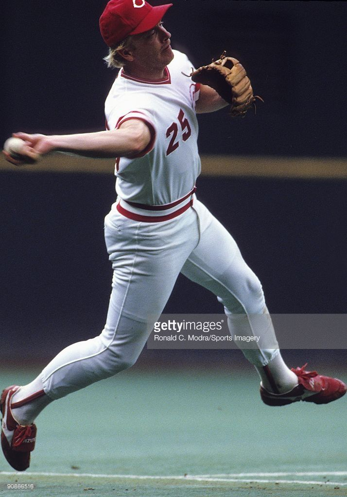 Buddy Bell #25 of the Cincinnati Reds throws to first base during a MLB game against the San Francisco Giants at Riverfront Stadium on September 12, 1987 in Cincinnati, Ohio.