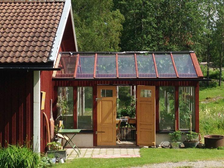Växthuset som en utbyggnad från ateljén. Genomtänkt.