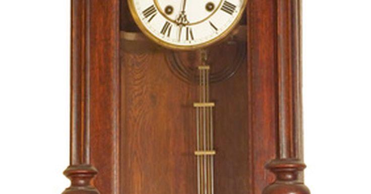 Como limpar relógios antigos. Como você já sabe, as antiguidades de qualquer tipo são velhas, o que significa que você tem que ser cuidadoso ao manejá-las. Entretanto, quando se fala de relógios antigos, você tem que ter um cuidado extra. Os relógios antigos são extremamente sensíveis no interior e exterior. Isso não significa que você não possa mexer no relógio, você apenas o ...
