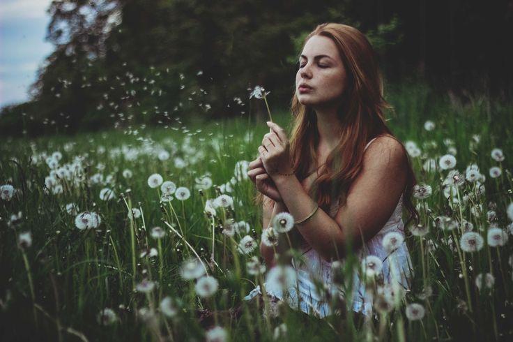 2017 | pampeliškové foukání #portrait #photography #photoshoot #inexpertphoto #mood #moodphoto #moodphotography #model #photomodel #czechgirl #portrétnífotografie #ginger #zrzka #readhead #pihy #freckle #beautiful #mystery #secret #pampeliška #louka