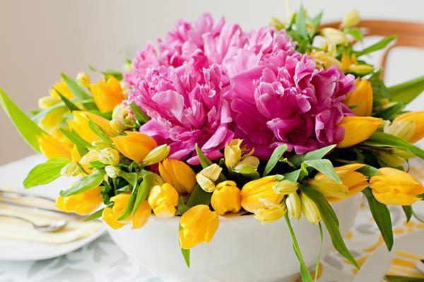 Egy tál tulipán az étkezőasztalra? Okos praktika virágdekorációhoz. Mutatjuk, hogyan lesz tökéletes a kompozíció