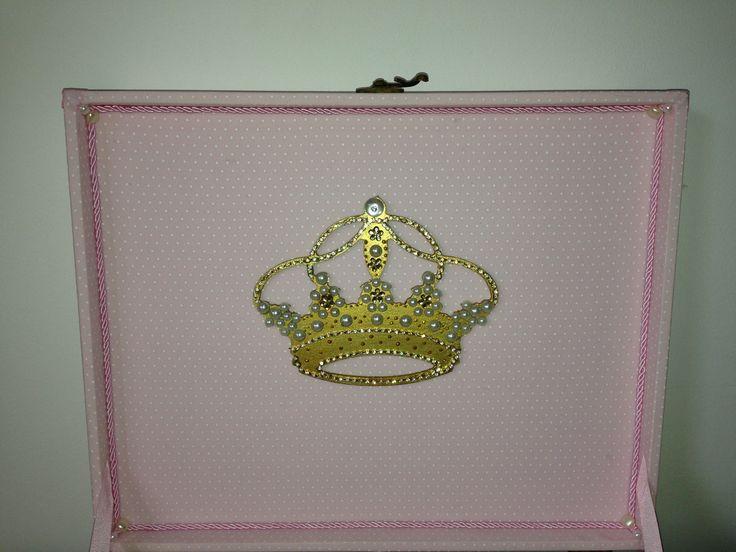 Detalhe da coroa de princesa na parte interna da tampa.