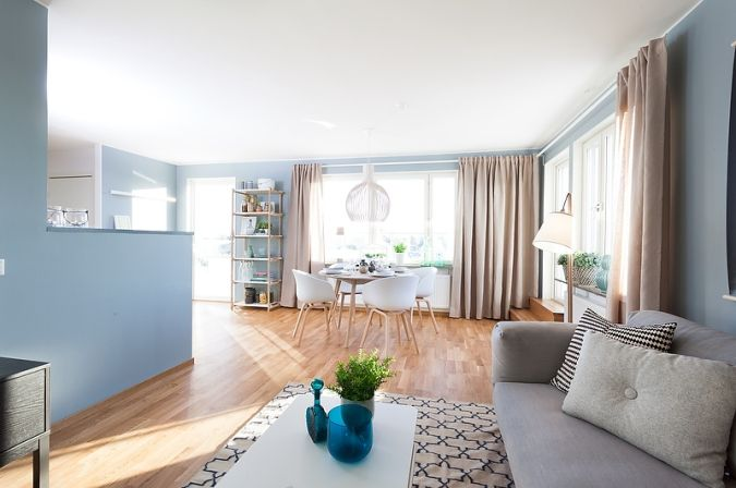 Estilo escandinavo en azul grisáceo y madera natural - Estilo nórdico   Blog decoración   Muebles diseño   Interiores   Recetas - Delikatissen