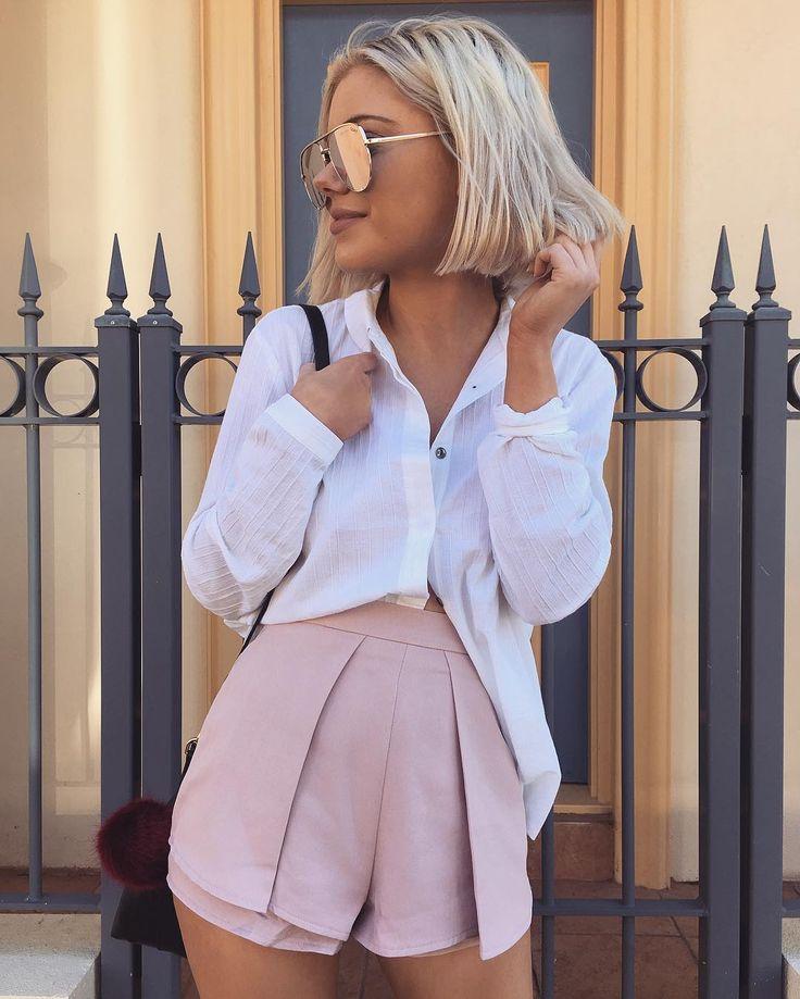 Ce short rose pâle associé à une chemise blanche et des lunettes de soleil est parfait pour l'été