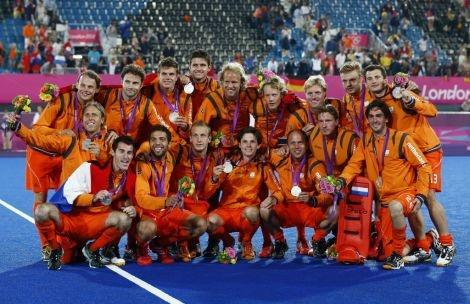 De Nederlandse hockeyers poseren met de zilveren medaille #os2012