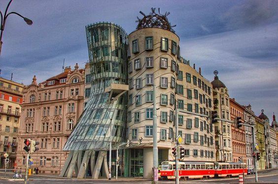 Чехия ⭐️Танцующий дом — нестандартное здание, расположенное в центральной части Праги вблизи Ресловой улицы. Здание, спроектированное архитекторами Владо Милуничем и Фрэнком Гири, издалека напоминает двух танцующих балерин. И неспроста — ведь основной архитектурной идеей была параллель с известнейшей танцевальной парой того времени Фредом Астером и Джинджер Роджерс. «Танцующий дом» вызывал споры среди дизайнеров и критиков.«Джинджер и Фред», «пьяный дом», «стакан», «танцующий дом»