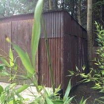 la cabane de L'épicerie de Vénat : ossature bois, bardage de tôles rouillées, terrasse surélevée en banches de maçon, récup, bois www.lepicerie-de-venat.com