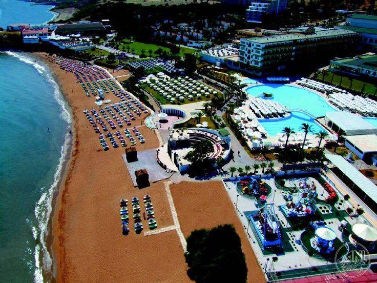 Acapulco Resort'un altın sarısı kumsallarında güneşlenmek büyük bir keyif.