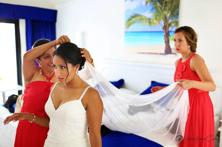 Latin bride getting ready at the RIU Yucatan hotel, photo by Jonathan Cossu Photographer. Destination wedding photography, long wedding veil, wedding inspiration.