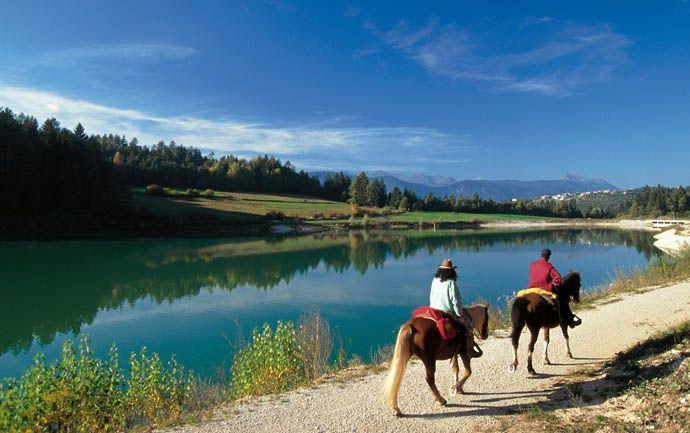 Valle di Non in Trentino: Estate Conosciuta per le mele, la Val di Non propone una vacanza rurale, tra castelli e magnifici paesaggi montani La Val di Non si trova nella parte nord ovest del Trentino. Una successione di tre altopiani, con dolci pendii e gole profonde incise dal torrente Noce e dai suoi affluenti, tra catene di maestose montagne.