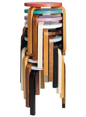 Het originele E60-krukjes van Alvar Aalto in een bewerking van Hella Jongerius die er haar eigen kleurenpalet aan heeft toegevoegd.