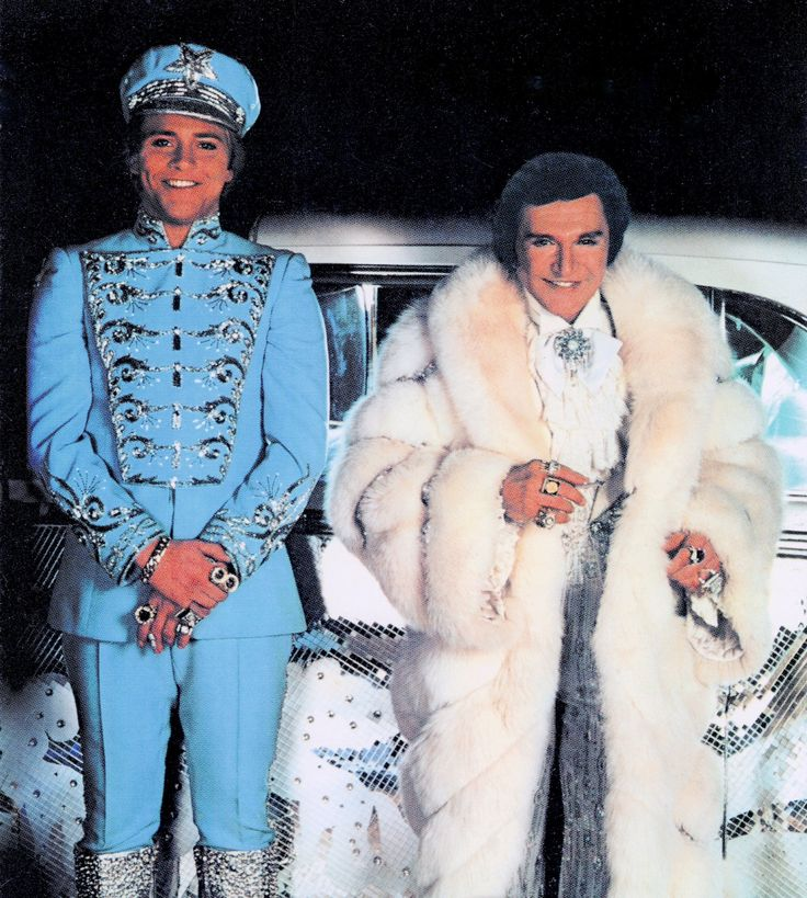 LIBERACE Mr SHOWMANSHIP with his  chauffeur and lover, Scott Thorson. postcard. (minkshmink)
