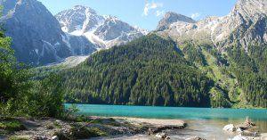 Der idyllische Antholzer See läd zu ausgedehnmten Spaziergängen ein!