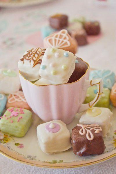 rose theekopje met heerlijke bonbons voor bij de high tea