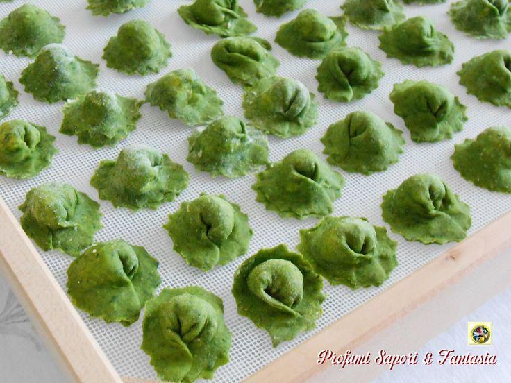 La pasta fresca all'uovo e spinaci utilizzata per i ravioli verdiè fatta con spinaci a crudo, un metodo veloce che permette di non avere troppi liquidi ne