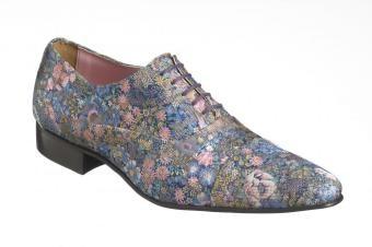 Bloemen schoenen  De schoen maakt een stijlvolle outfit af met haar prachtige motief in stemmige maar vrolijke tinten.     Deze handgemaakte, lederen schoen is voorzien van een stoffen afwerking. De fijne stof is delicaat maar bestand tegen normaal dagelijks gebruik.      Dit model is vervaardigd door Pepe Milan