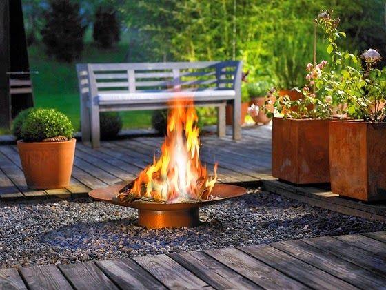 escritórios de design propõem fogueiras em chapa metálica, que podem ser facilmente encomendadas a um bom serralheiro sem muitos gastos. E são muito elegantes e decorativas.