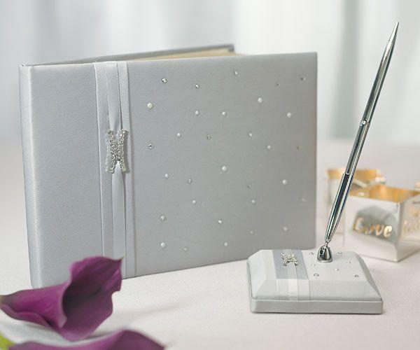 Gastenboek Platinum Design is aan de buitenkant van zilvert satijn. Dit receptieboek heeft een internationaal karakter. Gastenboek Platinum Design is 24 bij 17 cm groot en aan de buitenkant van zilver satijn. Dit receptieboek heeft een internationaal karakter.
