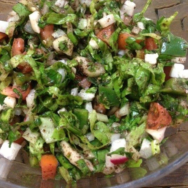 ENSALADA ARABE FATOUCH #repost Ingredientes ·  1⁄4 Kilo de perejil ·  1⁄2 Lechuga ·  3 tomates ·  6 rábanos ·  1 pimentón verde ·  1 pepino grande ·  1 cebolla blanca ·  1 manojo de cebolla en rama ·  1 manojo de hierbabuena ·  ¼ taza de aceite de oliva ·  1 cucharada de SUMAK (condimento árabe) ·  3 limones ·  Sal baja en sodio y pimienta al gusto ·  Pan integral árabe tostado (opcional)  Se pican todos los ingredientes en cuadritos pequeños, se mezclan y guardan en la nevera. Al momento de…