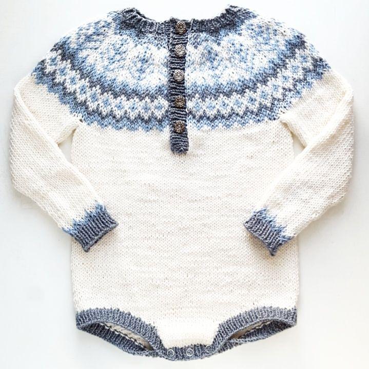 Embladrakt er en rålekker vinterbody inspirert av gamle kofter. Kjempefin  under nikkers og bukser istedetfor gensere som sklir opp, eller med  strømpebukse og knestrømper under. Den strikkes rundt og rundt, med  rundfelling, ovenfra og ned. Hele er strikket i et stykke, noe som  begrenser monte
