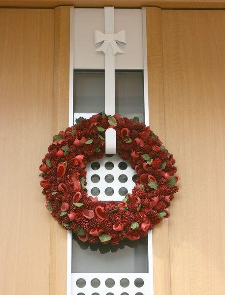 リースハンガー☆ホワイトリボン これは同様の旧商品ですが、玄関ドアに掛けたイメージ♪クリックで別のリースを掛けたところ。