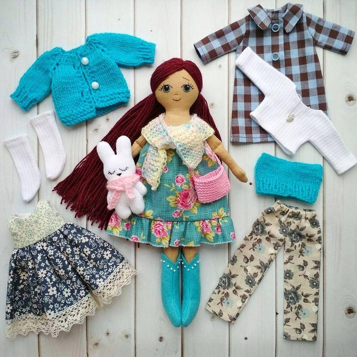 Кто-то видел, кто-то нет🙂: набор с куколкой - теперь полностью. Игровой набор идеально подходит для маленьких девочек от 1 года. Рост куклы - 29см. Тело НЕтонировано. Личико - вышито хлопковыми нитками, волосы - пряжа с лёгким мерцанием, прочно пришиты. Вся одежда снимается. Застёжки - кнопки, пуговки, липучки. Юбка-сарафан(кому как нравится😊) и брючки - на резинке. Сапожки - из фетра, легко одеваются. Сама куколка - мягкая, некаркасная, принимает любую позу, но не стоит. Куколка довольно…