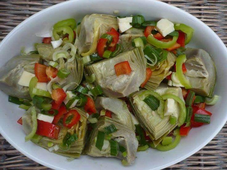 Enginarlı Salata  -  Sibel Göktürk #yemekmutfak.com Körpe enginarlarla yapılan bu salatanın tadı ve görünümü muhteşemdir. Son derece sağlıklı ve besleyici olduğu için diyet yapanlara ve vejetaryenlere önerilir.