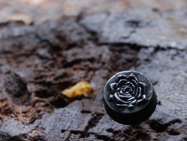 Example of the referrer, a little lead knob with an open rose in the middle.