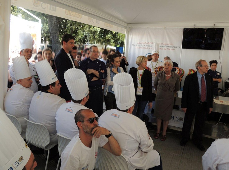 The jury is ready to announce  the winners. On the right, Alberto  Pica, President of the Associazione  Italiana Gelatieri. Next to him,  Jury Chairman Luciana Polliotti,  journalist and academic, one of  the top experts in artisan gelato.