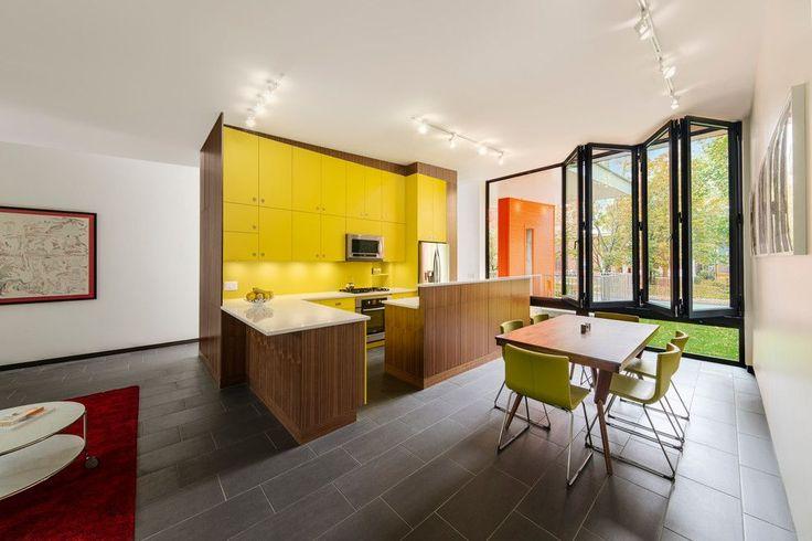 Кухня желтого цвета: 45 идей для солнечного дизайна интерьера http://happymodern.ru/dizajn-kuxni-zheltogo-cveta-foto/ Преобладание желтого в сочетании с древесно-коричневым и белым на современной кухне
