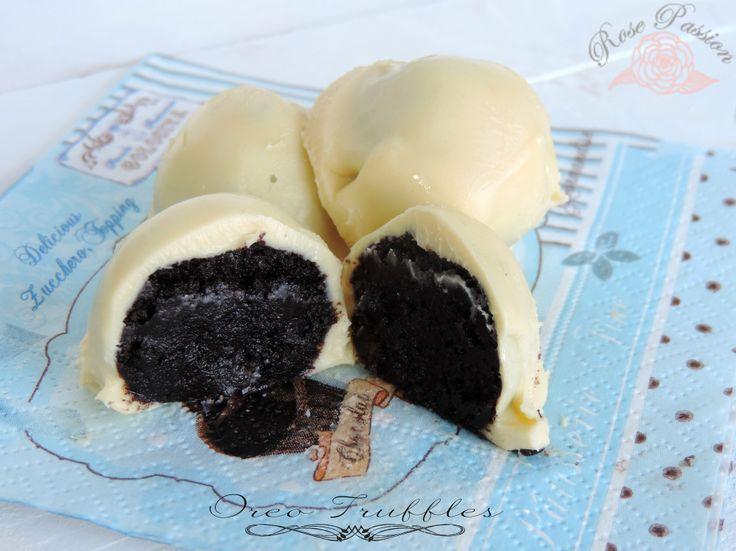 Gli Oreo Truffles sono golosissimi tartufini realizzati in modo veloce e semplice con soli 3 ingredienti: biscotti Oreo, formaggio philadelphia e cioccolato bianco di ottima qualità. Esistono molte varianti ma questa è quella che preferisco, potete immergerli nel cioccolato fondente, oppure al latte, decorarli con biscotti Oreo sbriciolati o strisce di cioccolato fuso, potete sostituire gli Oreo con i biscotti Ringo, i più affini per gusto e sapore.