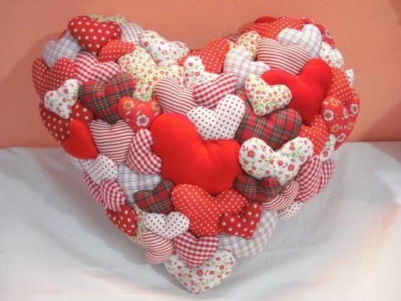 """Presentei quem você mais ama com esse lindo coração,mostrando a sua Mãe o verdadeiro sentido da frase """"EM CORAÇÃO DE MÃE SEMPRE TEM LUGAR P/ MAIS UM."""" Ou presenteie SEU AMOR com esse coração demonstrando seus sentimentos e carinho.  Almofada em forma de coração com cerca de 60 corações costurados a mão um a um. Feita em malha, enchimento antialérgico e tecido 100% algodão. medida aproximada 45cm x 35cm peso aproximado 630g Por ser Artesanal,não sairá uma igual a outra, por variar estampas e…"""