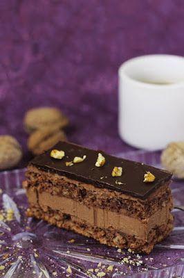 Prajitura cu nuci si ciocolata, blat de cacao cu nuca si crema de ciocolata cu unt, o combinatie minunata. pasiune pentru bucatarie.ro