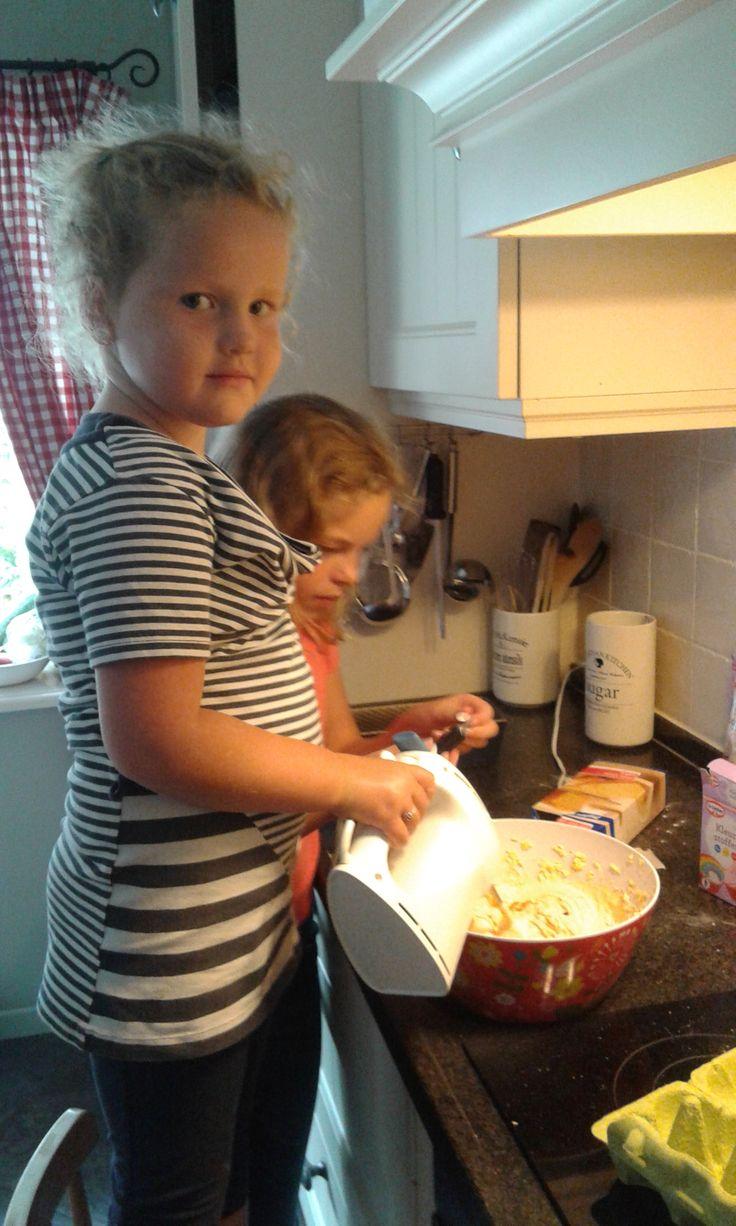 Annely aan het bakken in de keuken!