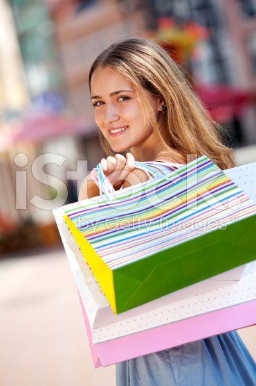 Молодая женщина нося хозяйственные сумки роялти-фри стоковых фотографий