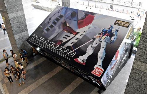 JR大阪駅に登場したガンプラの「箱」  記事「バス2台分、巨大「ガンプラ箱」 中身は… 大阪駅前」より
