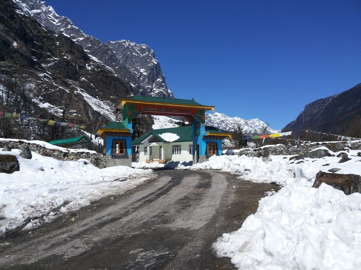Lachung has multiple reasons to make you fall in love with it! While its location at an enthralling height of 8,610ft makes it a popular snow-destination in Sikkim, its untouched and surreal beauty makes it one of the scenic as well as charming tourist places to explore Sikkim.