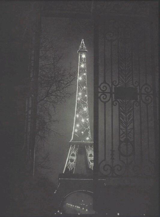 Tour Eiffel - Paris (1932). Photo de Brassaï, pseudonyme de Gyula Halász (1899-1984) photographe français d'origine hongroise, également dessinateur, peintre, sculpteur et écrivain.