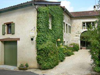 """Gîte et Chambre d'hôtes """"Les Trois Collines"""" proche de Bourg-en-Bresse, 01370 TREFFORT--CUISIAT Maison indépendante en formule Gîte ou Chambre d'Hôtes selon votre choix . Deux formules vous sont proposées : - La chambre d'hôtes, vaste de 35 m2 avec petit déjeuner inclus (pour un séjour court) - Le gîte où vous disposez de la maison d'hôtes dans son ensemble"""