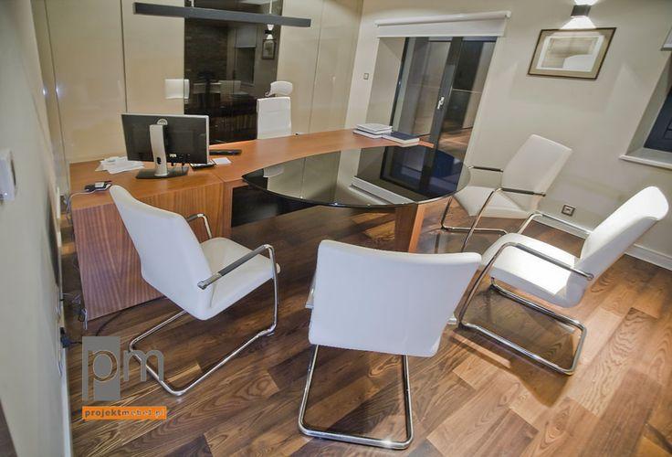 . Drewniane biurko z podręcznymi szafkami wykończone naturalną okleiną sapeli to strefa pracy notariusza, klienci natomiast zostali przez nas zaproszeni do stołu, którego blat został wykonany z czarnego szkła lacobel. http://www.projektmebel.pl/meble-biurowe-do-kancelarii--od-drzwi-do-biurka