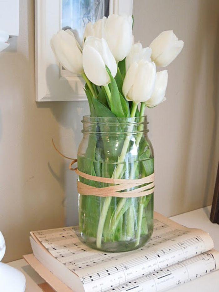 Landhaus-Deko-Einmachglas-Vase-Schnur-weiße-Tulpen-Notenblätter