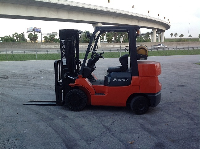 Forklift for sale in Miami 2006 Toyota 7FGCU35 triple mast 8,000 Lbs LP Gas $15,500