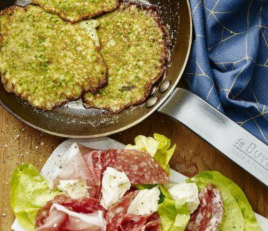 Vackert grönskimrande ärt- och basilikaplättar som är ett nyttigt och gott alternativ till vanliga pannkakor. Mixa bara ihop alla ingredienser till en smet och stek på. Lätt som en plätt! Avnjut dina plättar med mozzarella och antipasto som ger både krämighet och sälta.