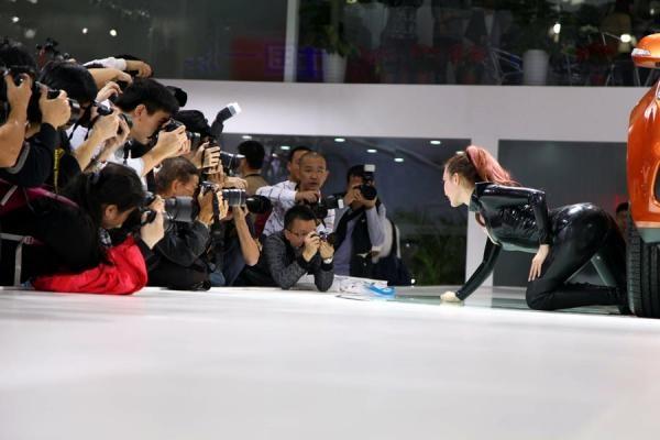 セクシー猫娘、中国広州モーターショーに登場|新華社日本語経済ニュース-XINHUA.JP - 中国の経済情報を中心としたニュースサイト。分析レポートや特集、調査、インタビュー記事なども豊富に配信。