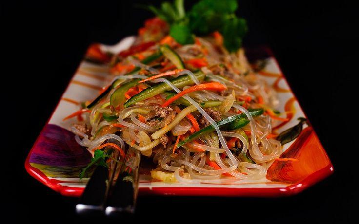 Рецепт приготовления вкусного салата. Фунчоза (Funchoza) хорошо известный салат в Центральной Азии. Это Уйгурское блюдо (этническое меньшинство в Китае).