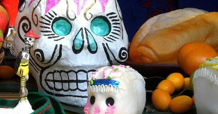 Los 7 elementos imprescindibles de un altar de muertos. El 2 de noviembre se celebra en México el Día de los Muertos –una tradición en la que los vivos honran a los seres queridos que han pasado a la vida eterna. En este día se les dedica a los difuntos un altar de muertos con ofrendas como dicta la tradición. Altares majestuosos se construyen en ...