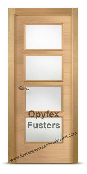 Puerta de madera con cristales para interior maciza modelo Rubí. Precio: 365€ Incluye puerta con cristales mate, marcos, herrajes color inox, instalación ajuste y retirada de la puerta antigua.